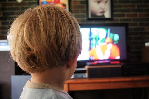 「テレビやDVD2時間以上」は3割 2歳児の母に大規模調査 母親の年齢が若いほど時間が長い傾向 1