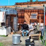 生活費は月3〜5万円 自作の小屋で暮らす若者たち