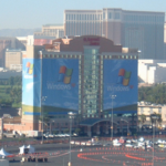 WindowsXPに包まれた建物 COMDEX