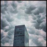 乳房雲 今日の渋谷の雲は不気味な乳房雲 竜巻の前兆らしい 2013/07/05/FRI/