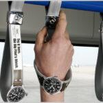 時計のつり革広告