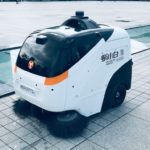 自動お掃除ロボットは、人の監視付き